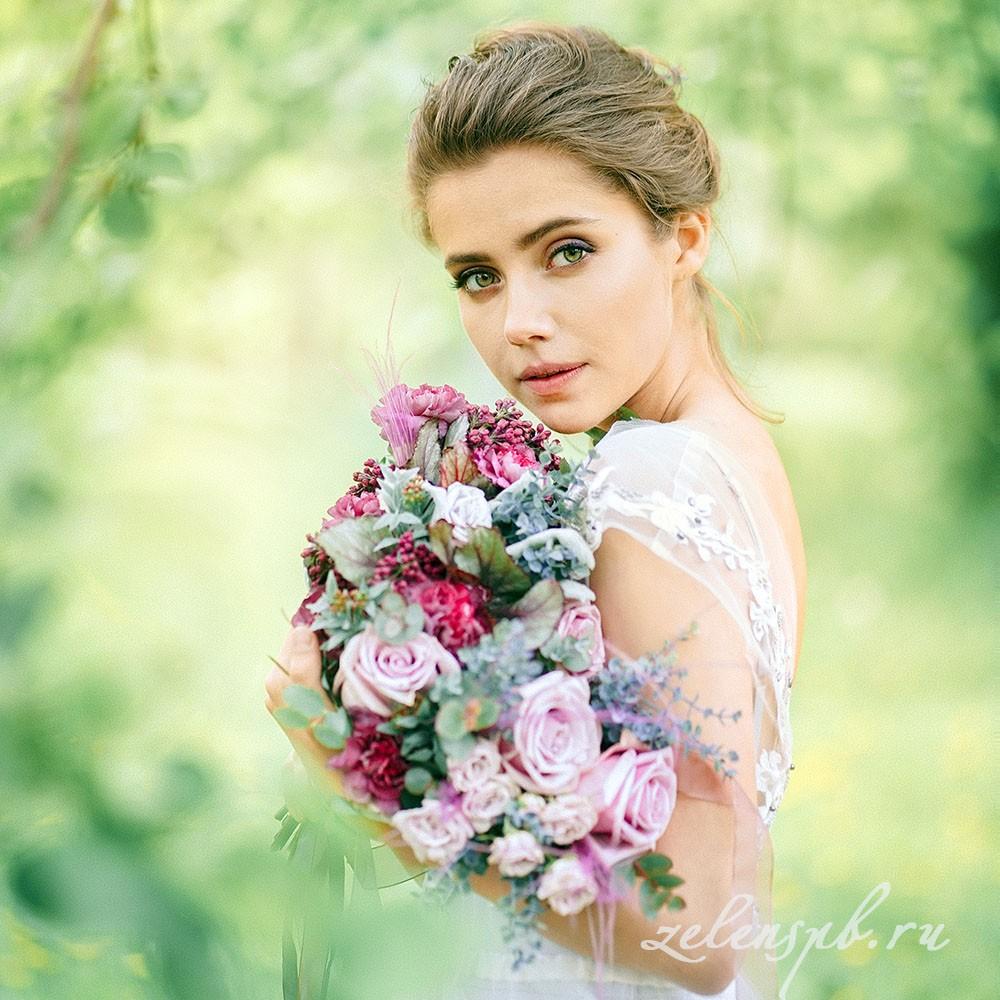 Свадьба в винно-розовых тонах. Невеста с букетом.