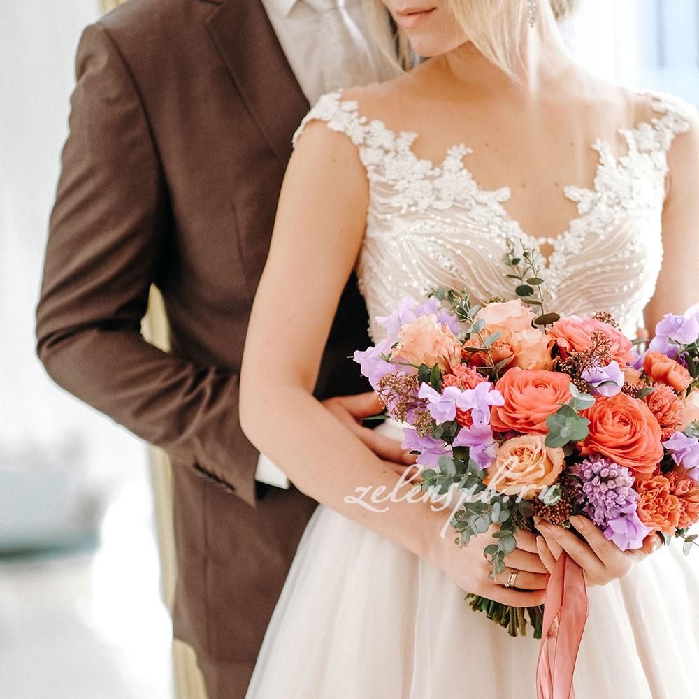 Свадьба в сиренево-оранжевых тонах. Жених с невестой.