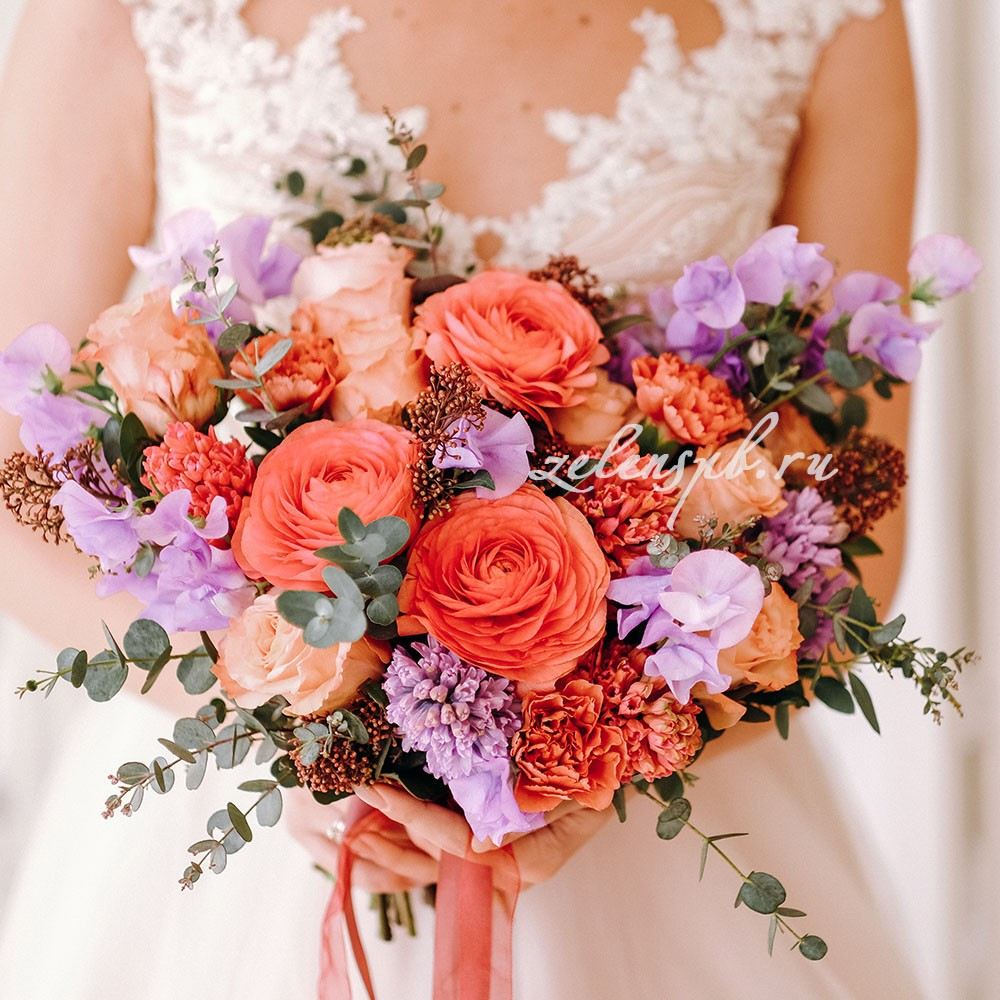 Свадьба в сиренево-оранжевых тонах. Невеста с букетом.