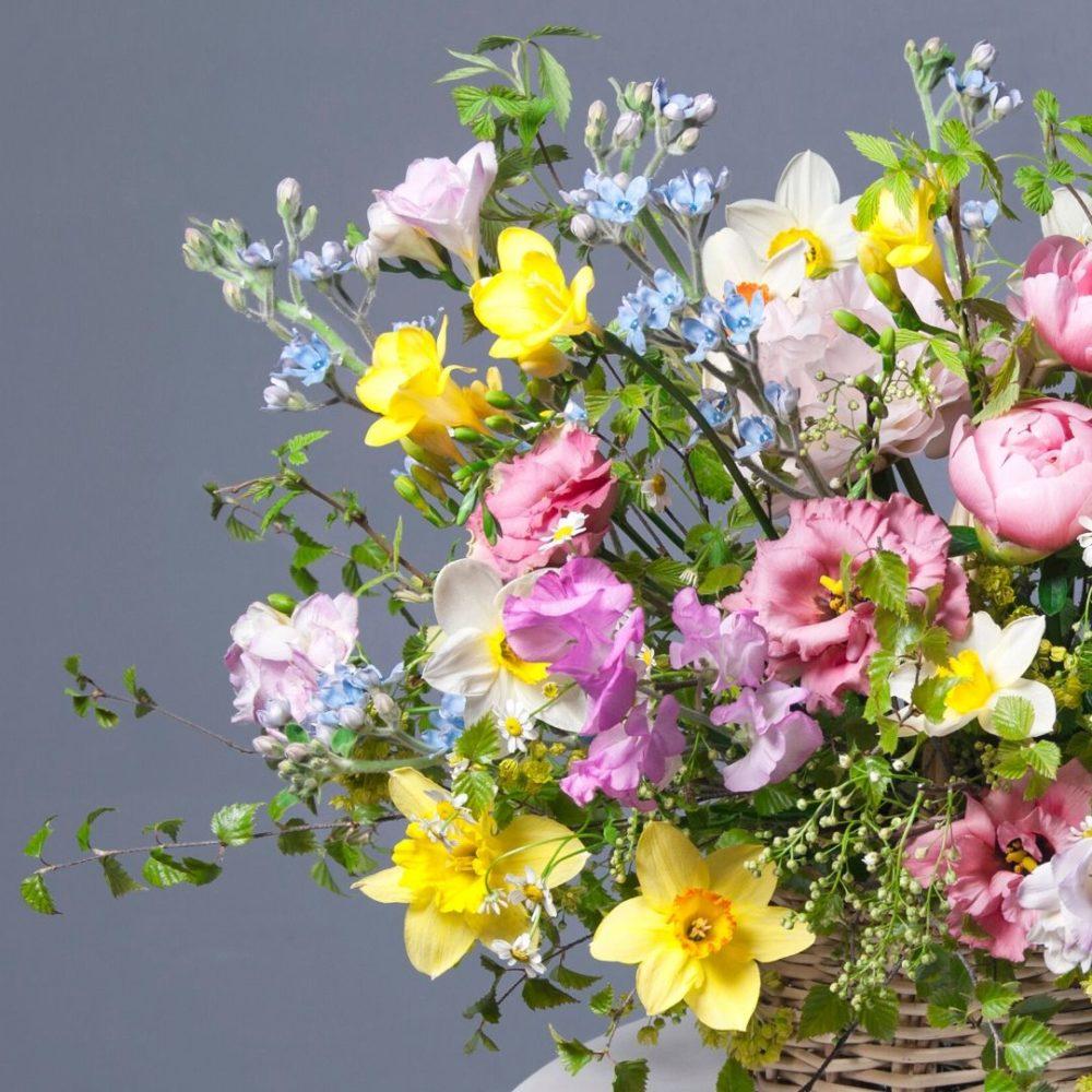 Корзина с пионами и нарциссами №4 - цветы в Спб