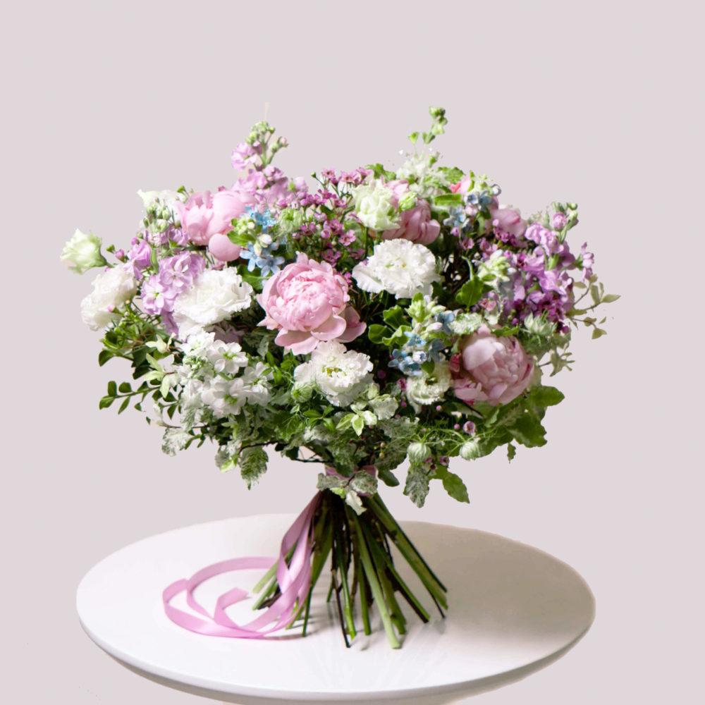 Круглый букет в бело-розовой гамме с пионами №19 - купить цветы в Санкт Петербурге