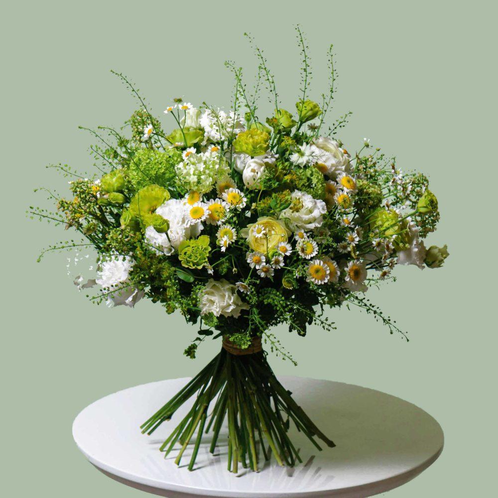 Круглый букет в зеленой гамме с ромашками №20 - купить цветы в Санкт Петербурге