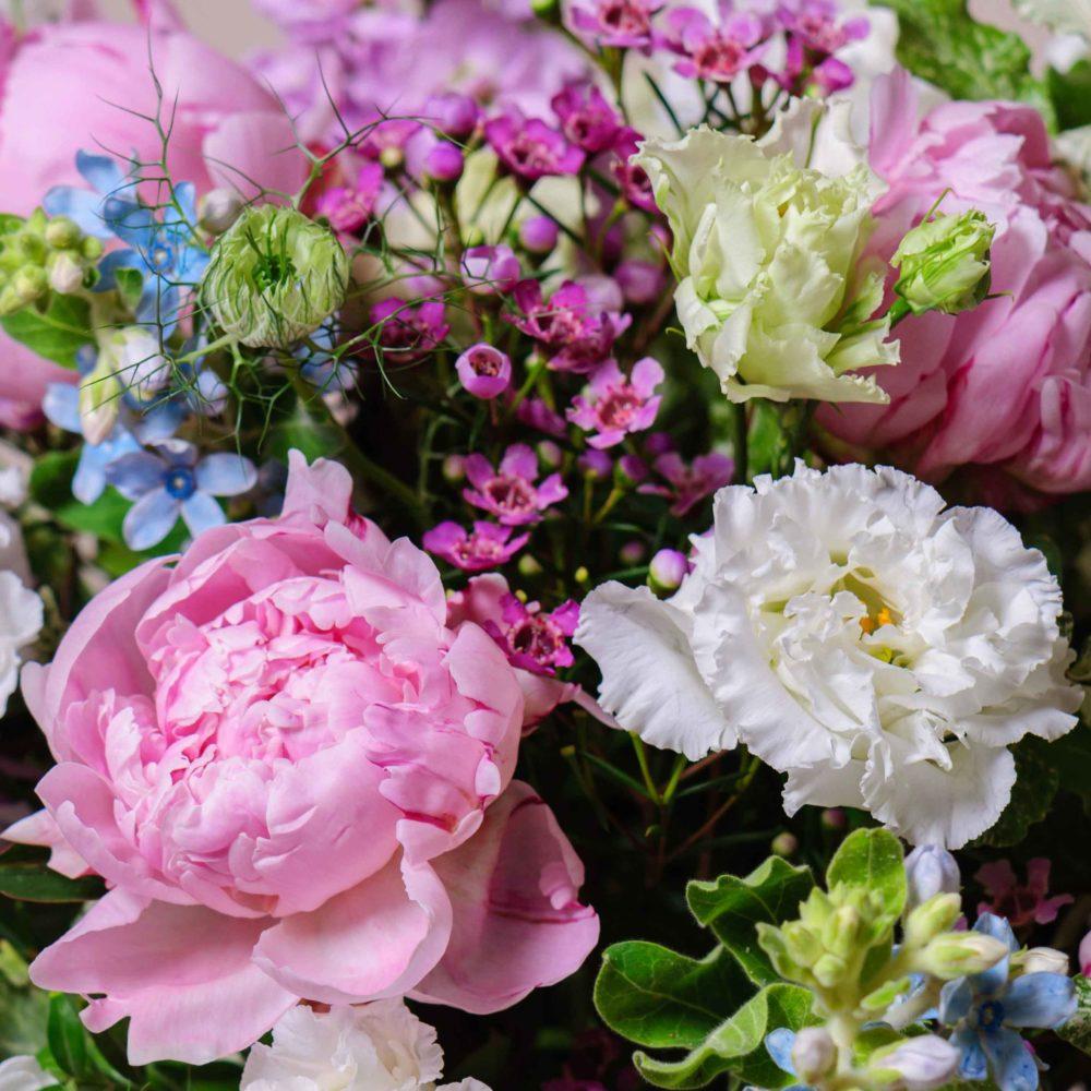 Круглый букет в бело-розовой гамме с пионами №19 - цветы в Спб