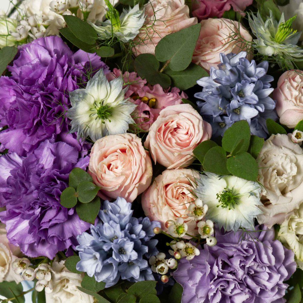 Коробка с нигеллой и листьями фисташки №2 - цветы в Спб