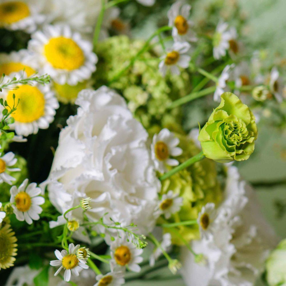 Круглый букет в зеленой гамме с ромашками №20 - цветы в Спб