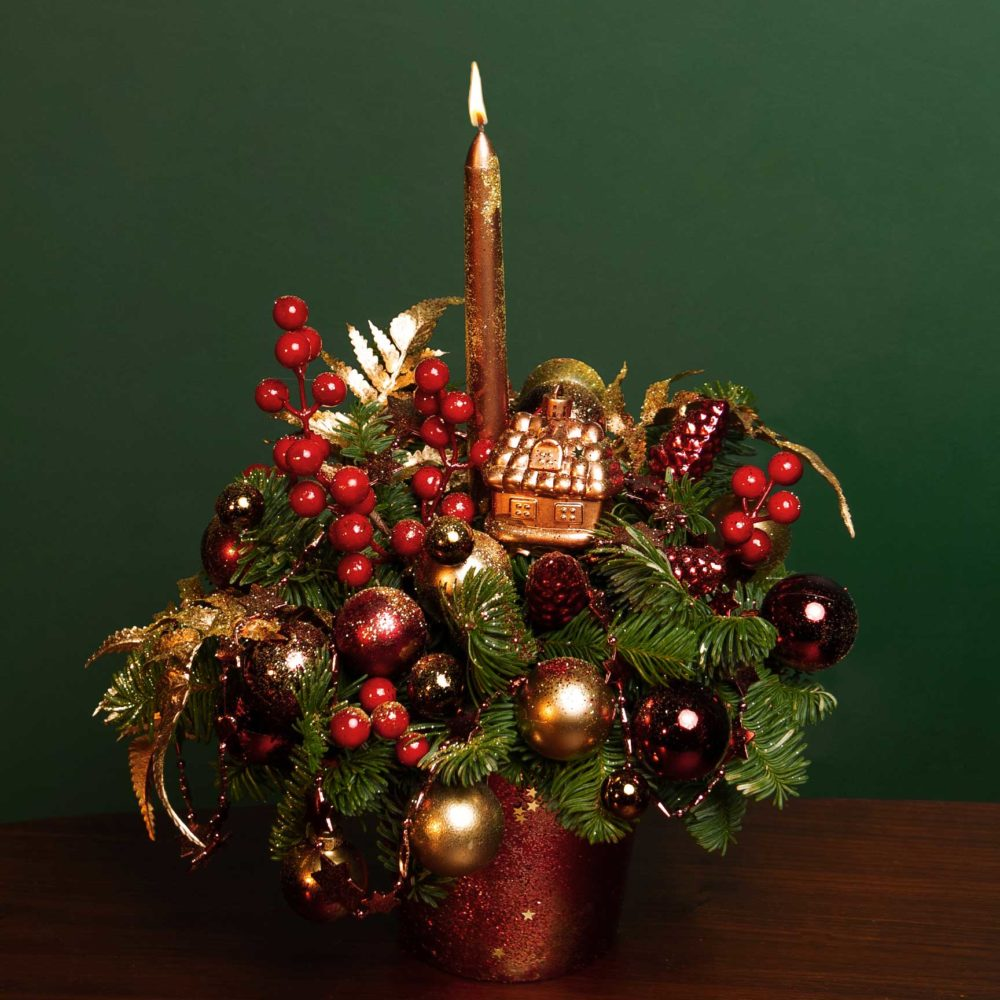 Новогодняя композиция из натуральной ели в красно-золотой гамме №19 - купить цветы в Санкт Петербурге