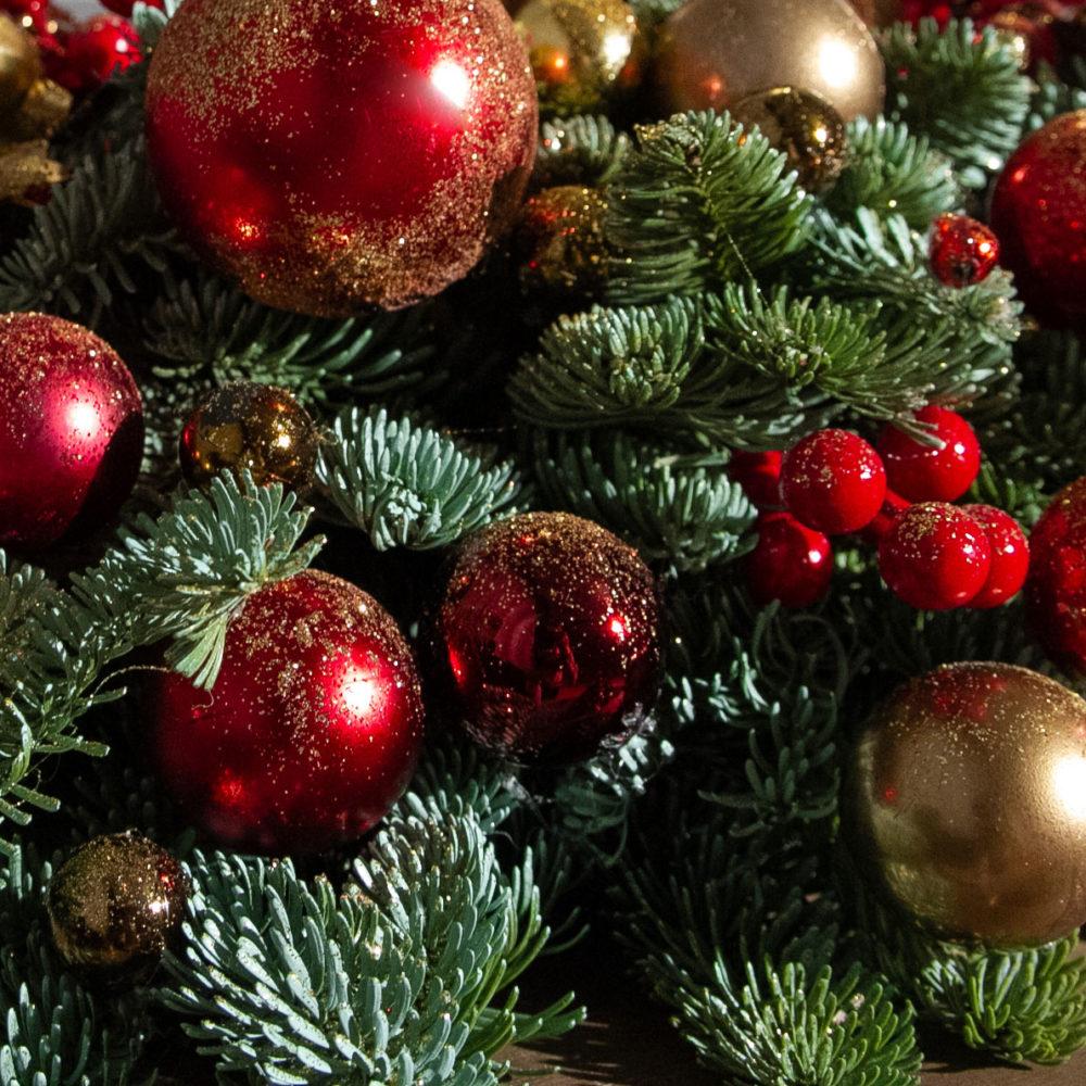 Новогодняя композиция со свечами из натуральной ели в красно-золотой гамме №18 - цветы в Спб
