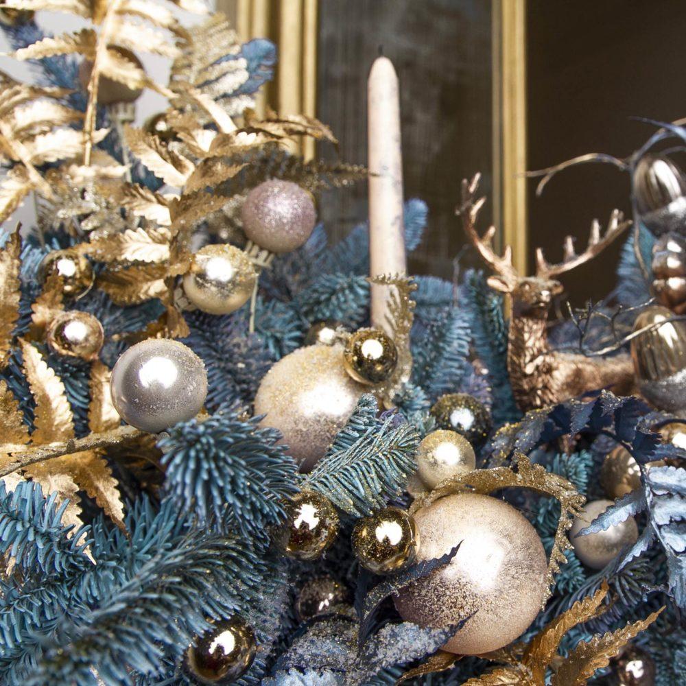 Новогодняя композиция из натуральной ели в золотисто-голубой гамме №24 - цветы в Спб