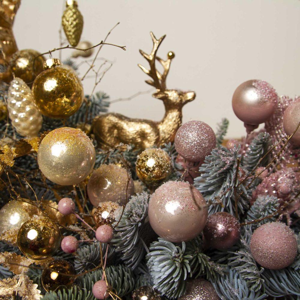 Настольная новогодняя композиция из натуральной ели в золотисто-розовой гамме №26 - цветы в Спб