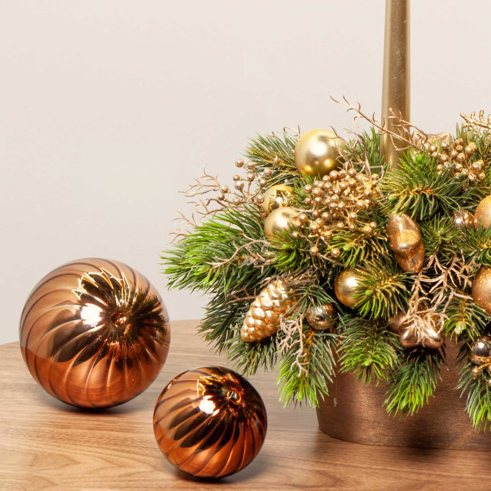 Новогодняя композиция с двумя свечами в золотой гамме №28 - цветы в Спб