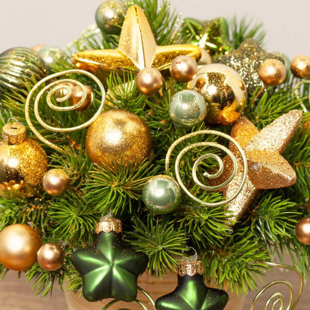 Новогодняя композиция с золотыми спиральками и звездами №30 - цветы в Спб