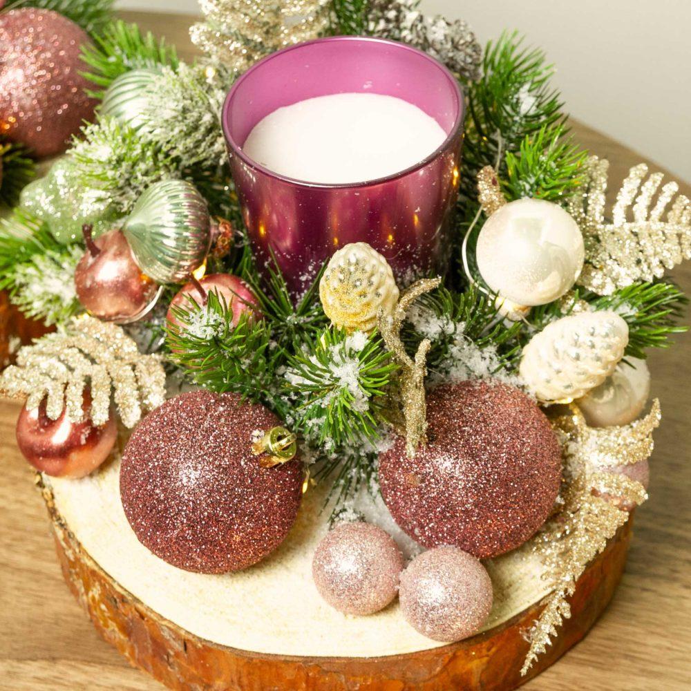 Новогодняя композиция со свечой и розовыми игрушками №35 - цветы в Спб