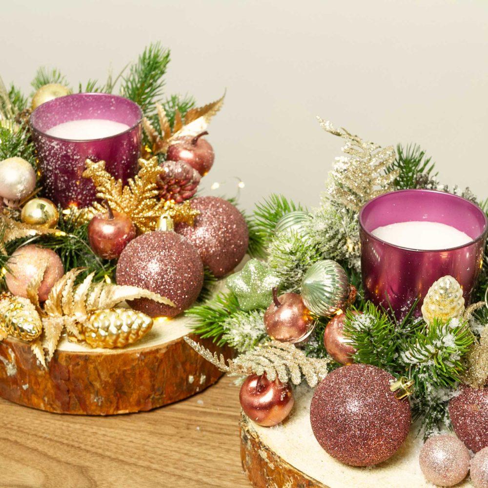 Новогодняя композиция со свечой и розовыми игрушками на деревянном спиле №34 - цветы в Спб