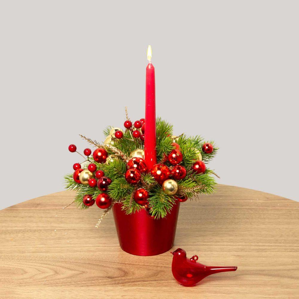 Новогодняя композиция в красной гамме с одной свечой №39 - купить цветы в Санкт Петербурге