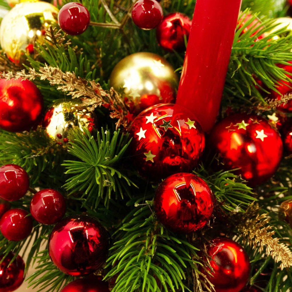 Новогодняя композиция в красной гамме с одной свечой №39 - цветы в Спб