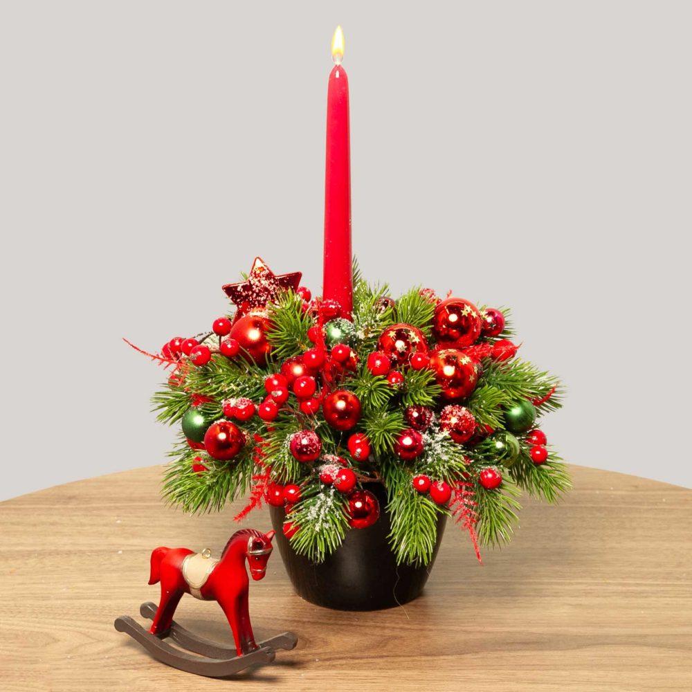 Новогодняя композиция с красными игрушками, ягодками и свечой №40 - купить цветы в Санкт Петербурге