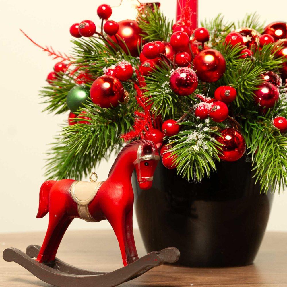 Новогодняя композиция с красными игрушками, ягодками и свечой №40 - цветы в Спб