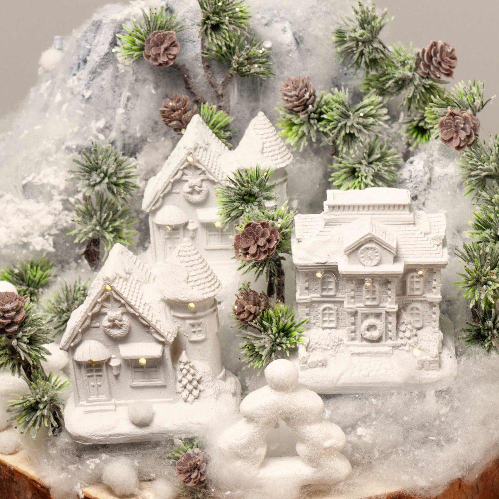 Новогодняя композиция в белой гамме с домиками №48 - цветы в Спб