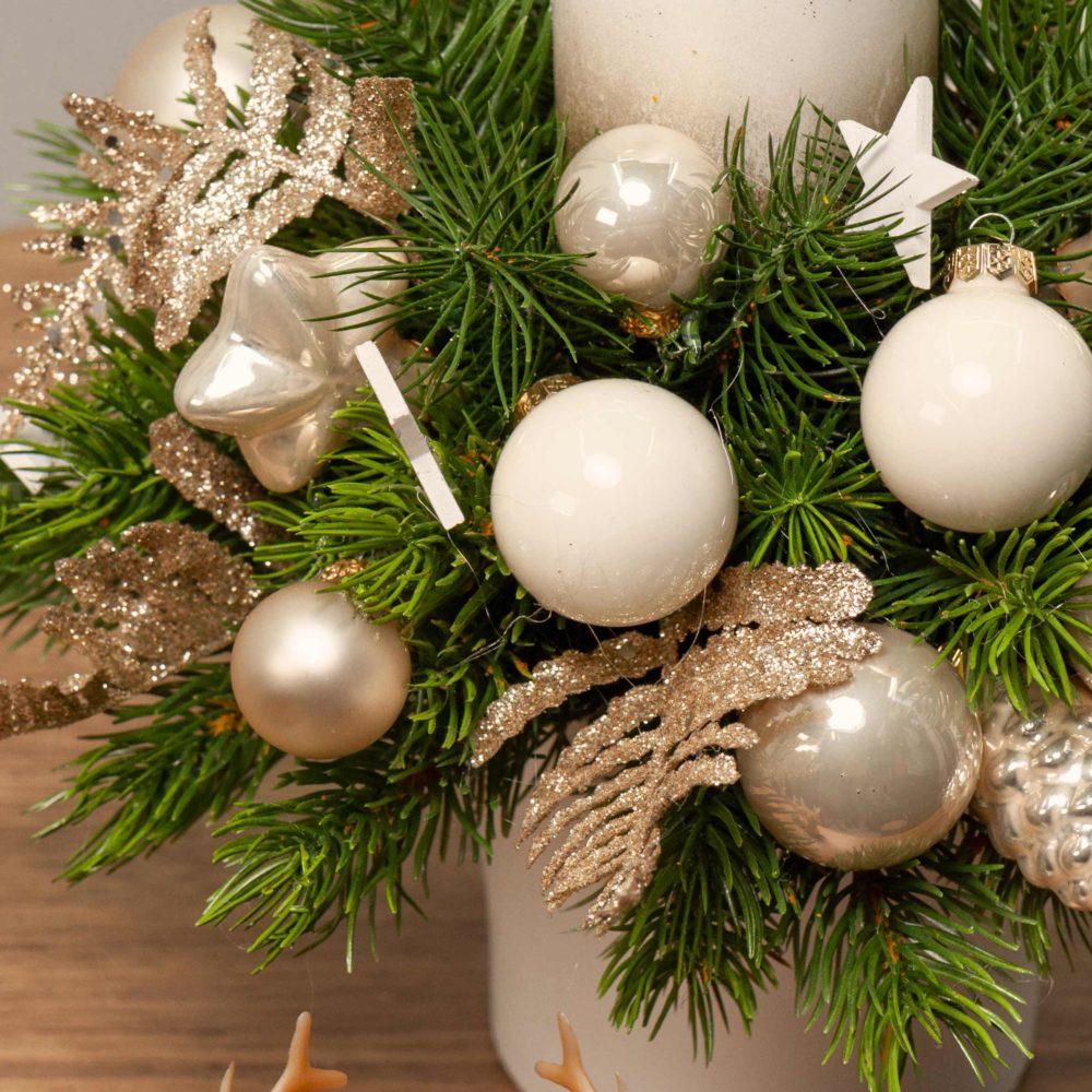 Новогодняя композиция в бело-золотистой гамме с одной свечой №45 - цветы в Спб