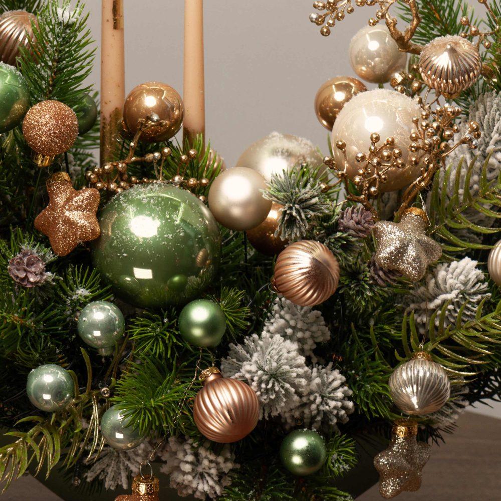 Новогодняя композиция с двумя свечами в зелено-золотистой гамме №43 - цветы в Спб
