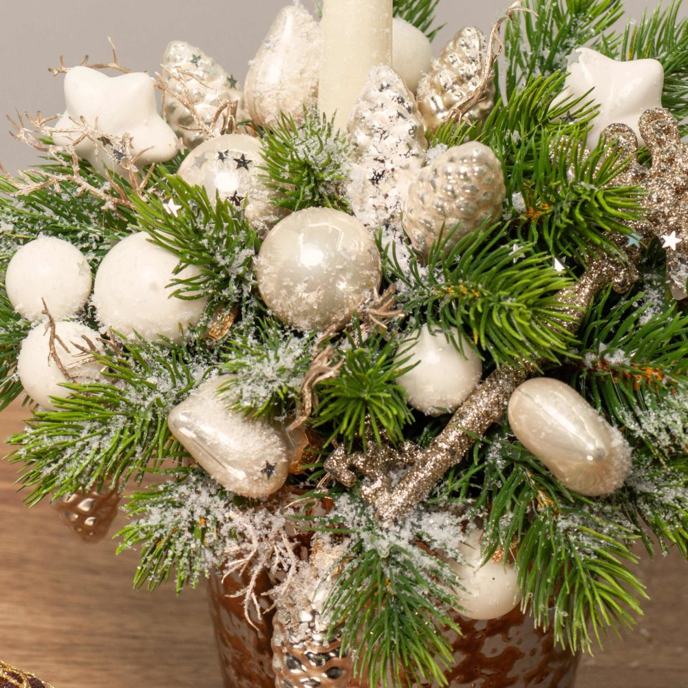 Новогодняя композиция со свечой, белыми игрушками и ключом №42 - цветы в Спб