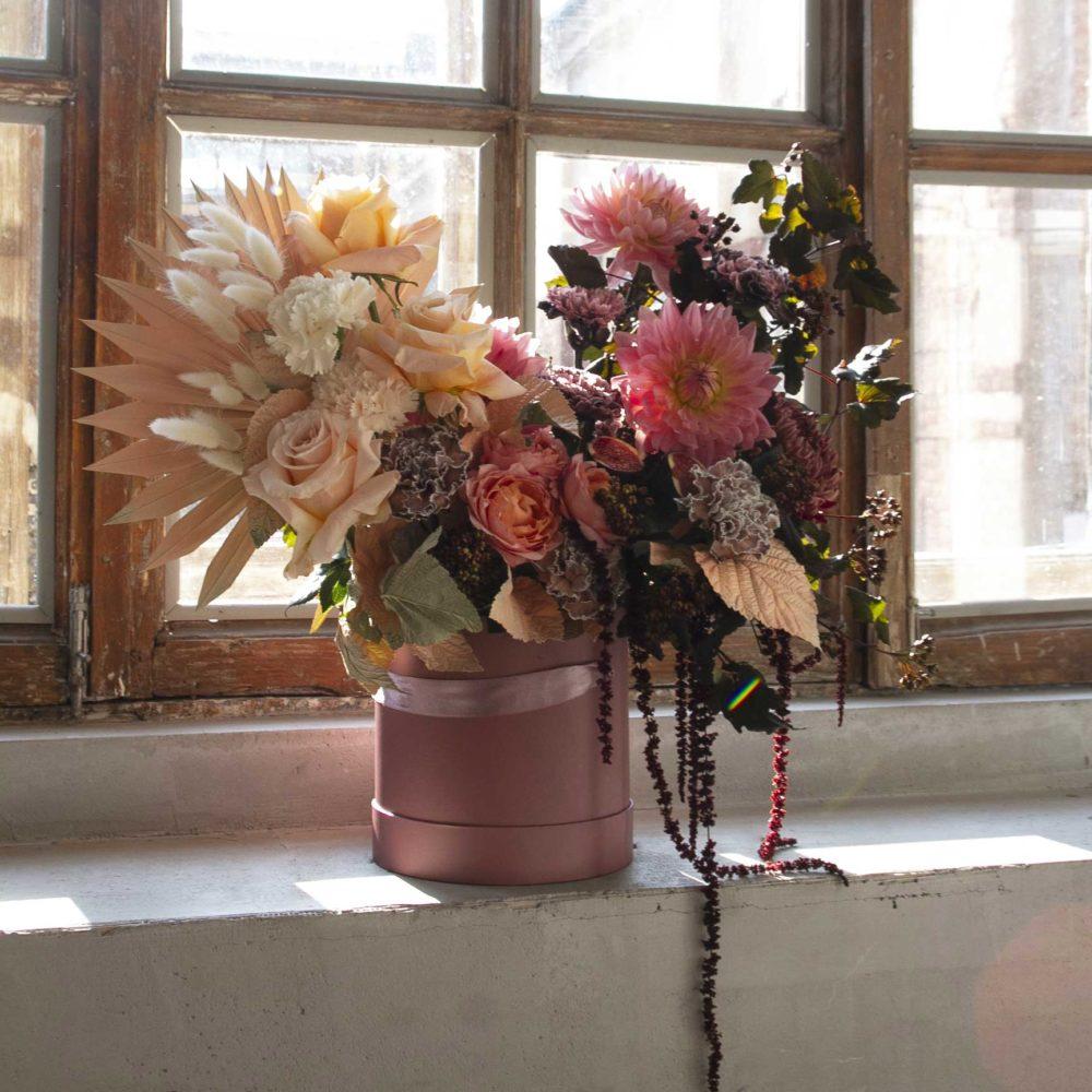 Коробка с персиковой розой и инжиром №6 - купить цветы в Санкт Петербурге