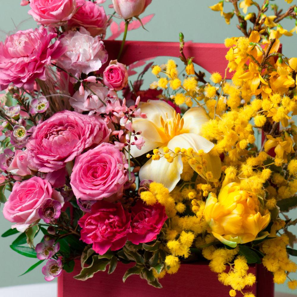 Ящик с кустовыми розами и мимозой №18 - цветы в Спб