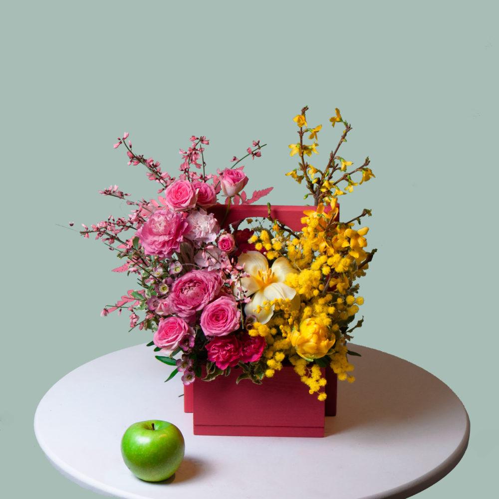 Ящик с кустовыми розами и мимозой №18 - купить цветы в Санкт Петербурге