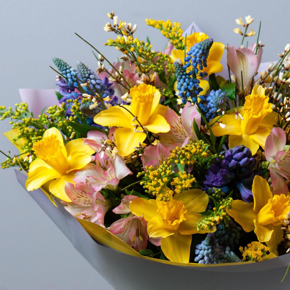 Букет с нарциссами и мускарями №58 - цветы в Спб