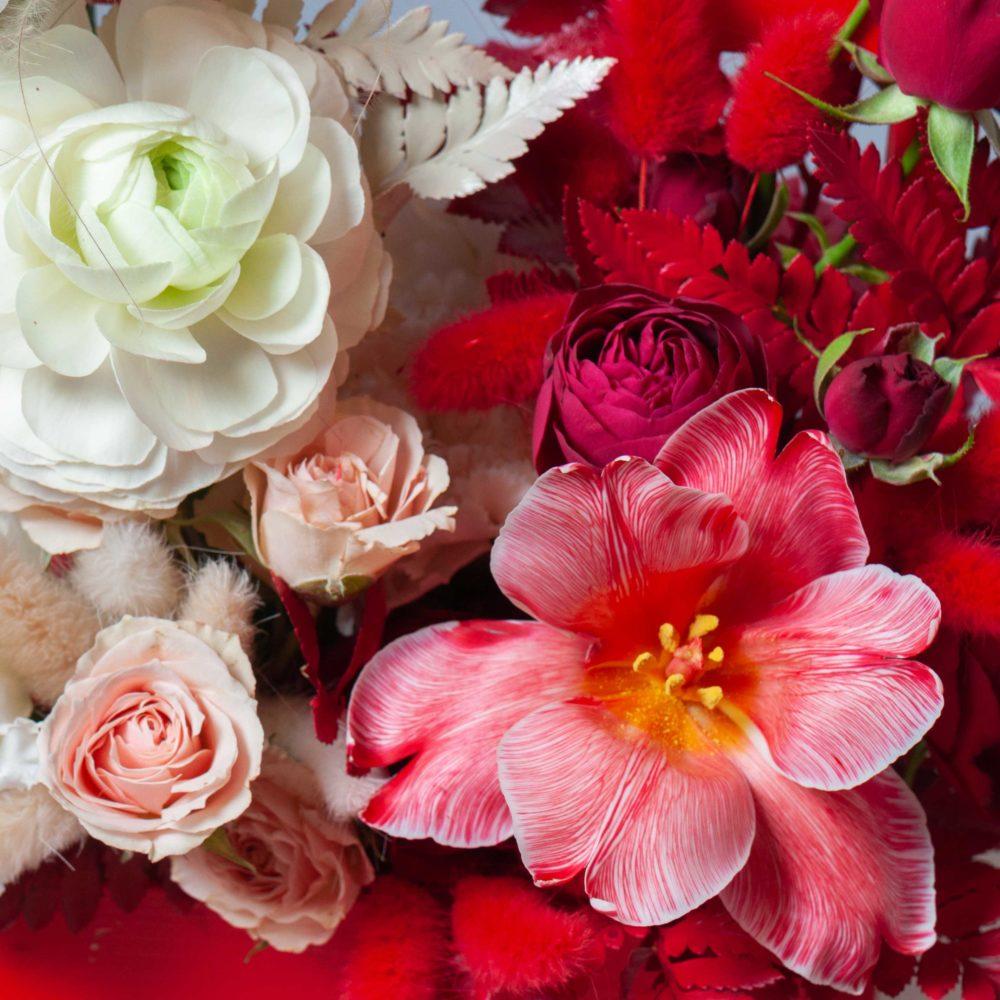 Ящик в красно-белой гамме №14 - цветы в Спб
