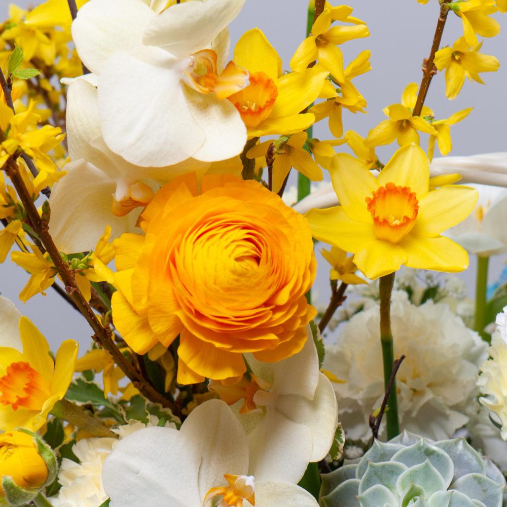 Корзина с дельфиниумом и нарциссами №8 - цветы в Спб