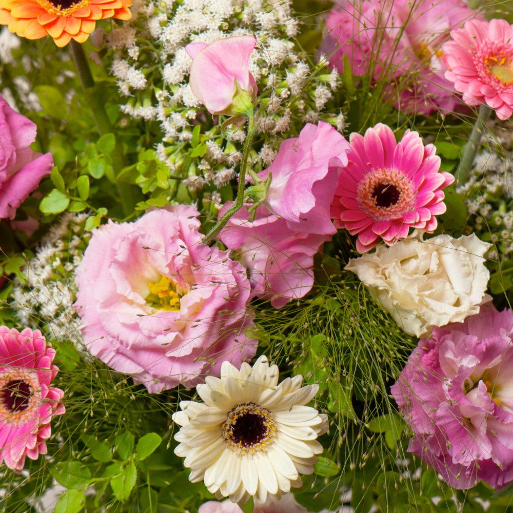 Круглый букет с душистым горошком и герберами №48 - цветы в Спб
