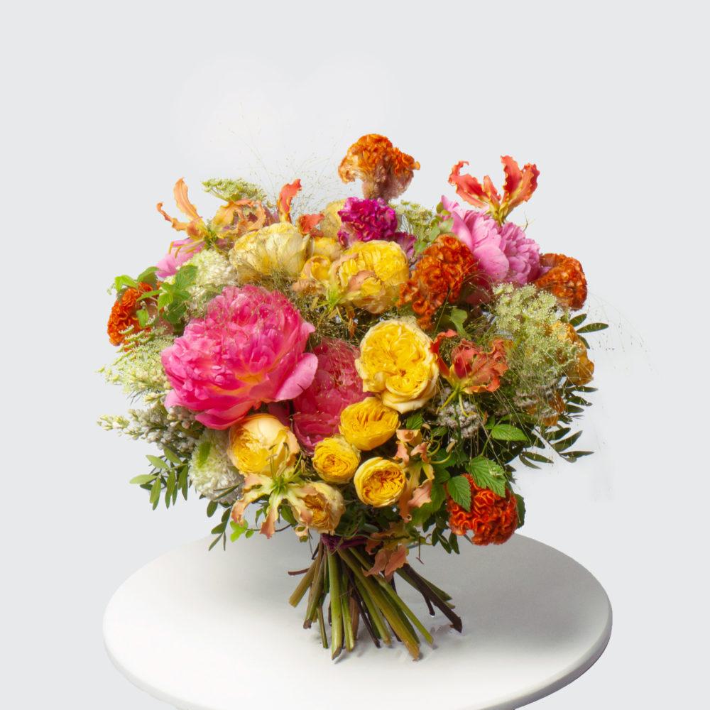 Круглый букет с пионом и кустовыми розами №49 - купить цветы в Санкт Петербурге