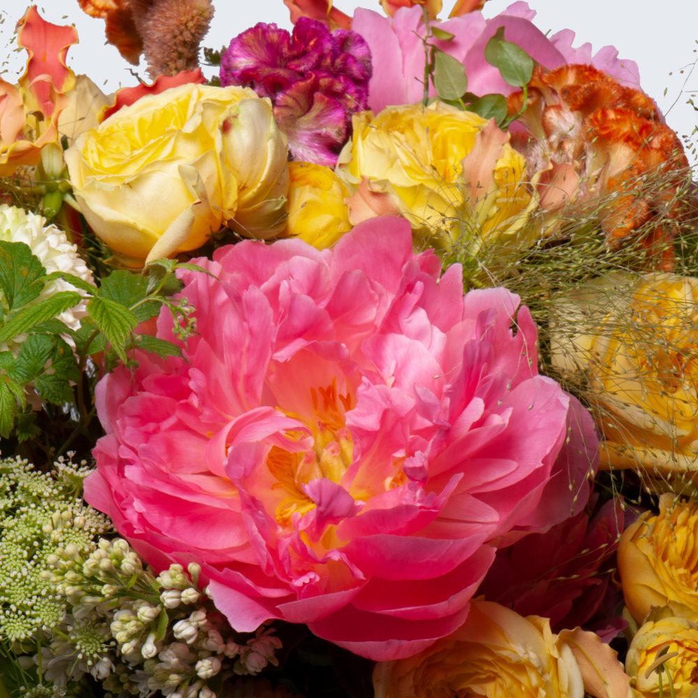 Круглый букет с пионом и кустовыми розами №49 - цветы в Спб