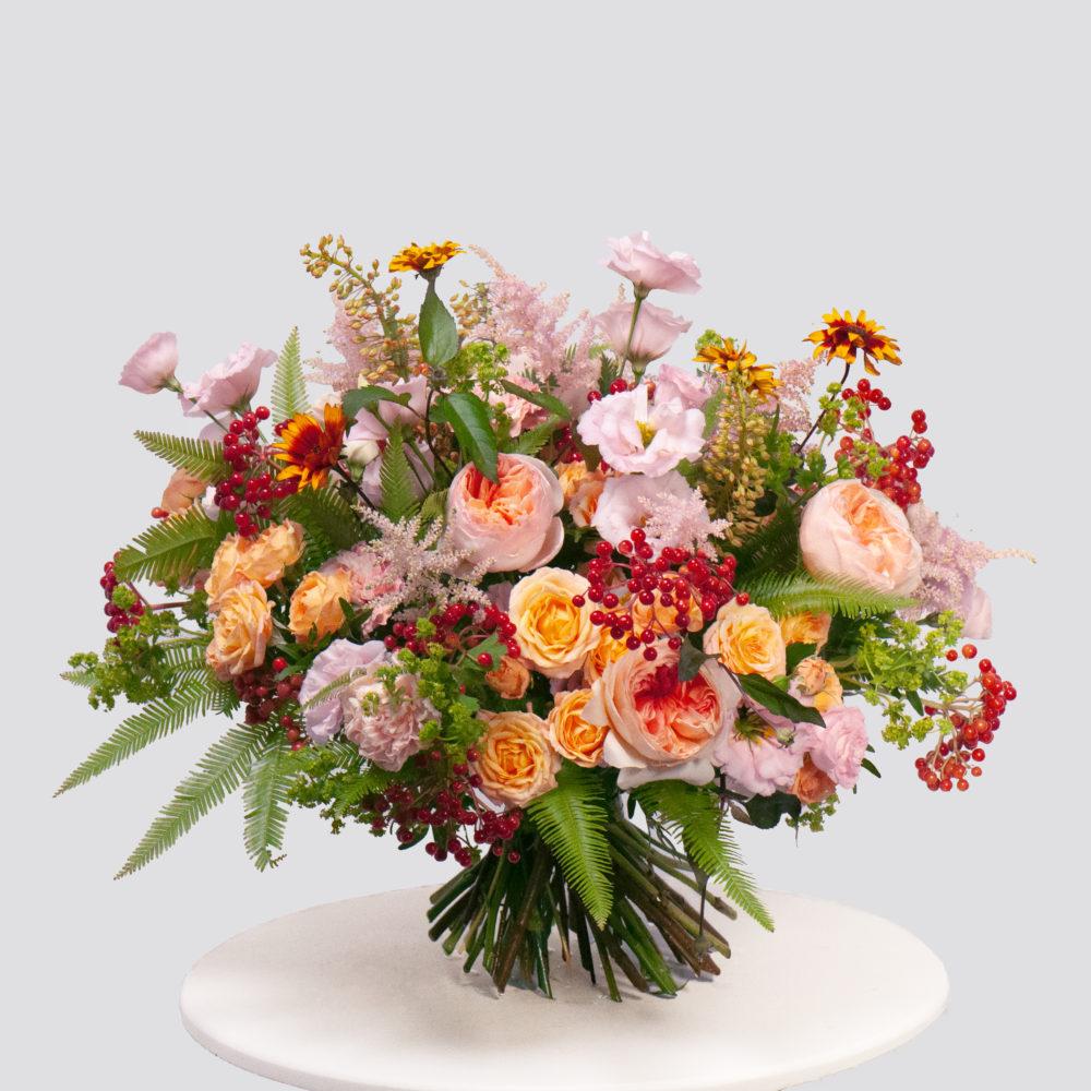 Круглый букет с кустовыми розами и калиной №61 - купить цветы в Санкт Петербурге