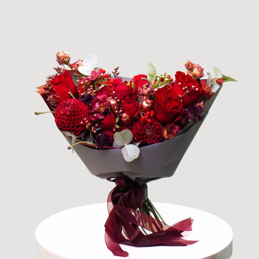 Букет с розами в красной гамме №26 - купить цветы в Санкт Петербурге