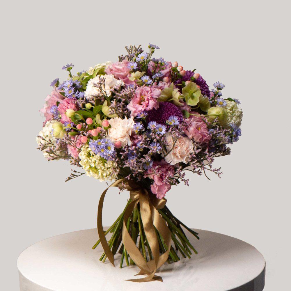 Круглый букет с лизиантусами и астрой №24 - купить цветы в Санкт Петербурге