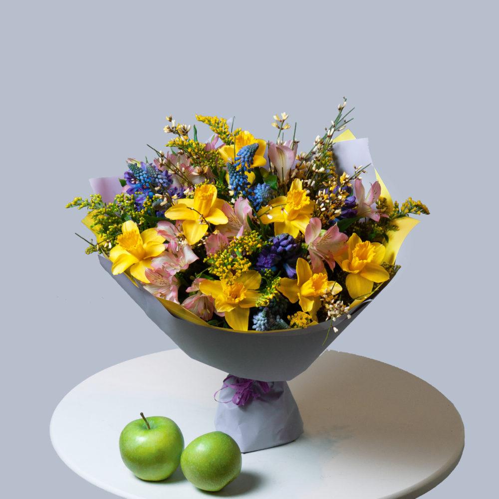 Букет с нарциссами и мускарями №20 - купить цветы в Санкт Петербурге