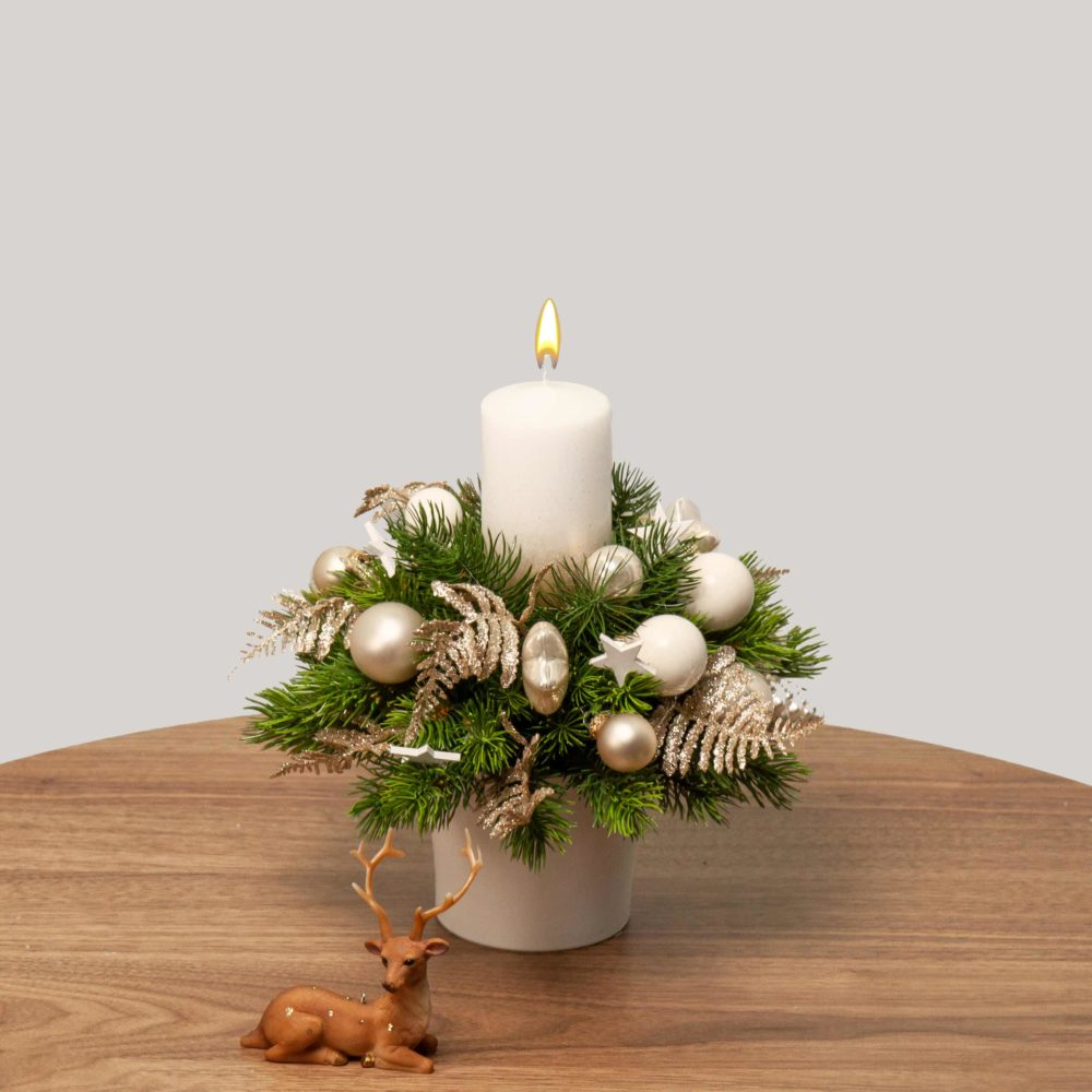 Новогодняя композиция в бело-золотистой гамме с одной свечой №45 - купить цветы в Санкт Петербурге