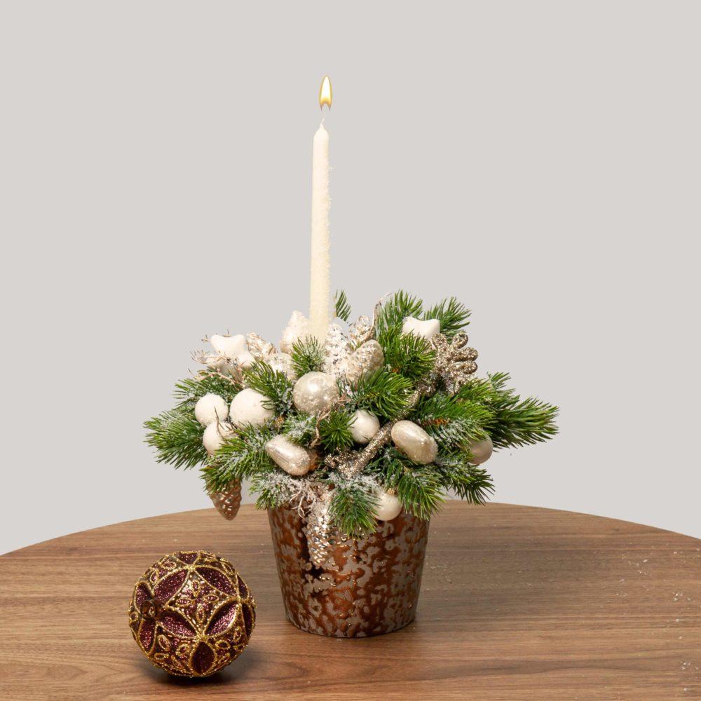Новогодняя композиция со свечой, белыми игрушками и ключом №42 - купить цветы в Санкт Петербурге