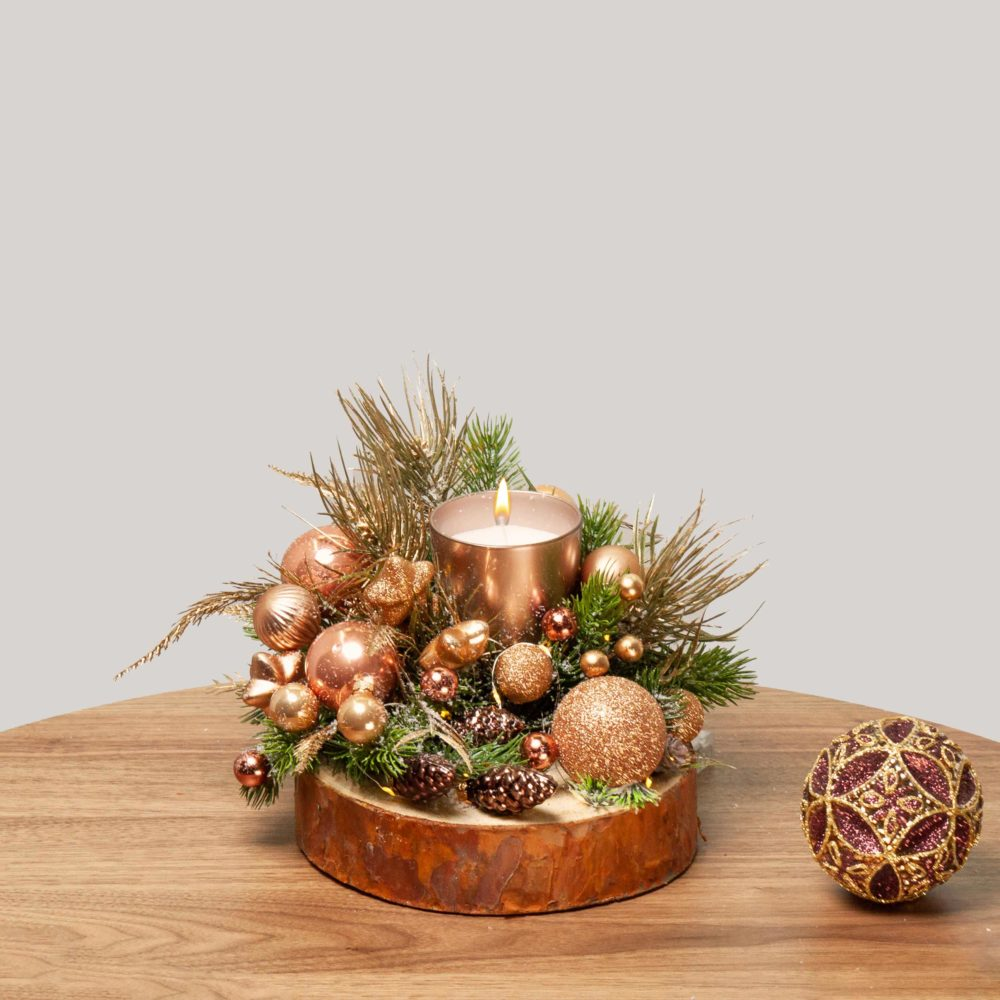 Новогодняя композиция с бронзовыми игрушками на спиле №41 - купить цветы в Санкт Петербурге