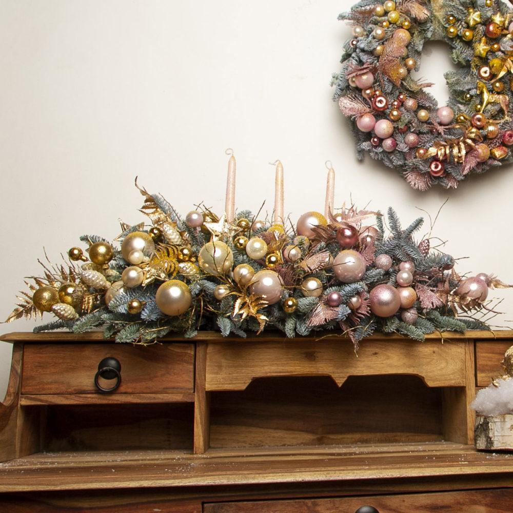 Новогодняя настольная композиция из натуральной ели в золотисто-розовой гамме №25 - купить цветы в Санкт Петербурге