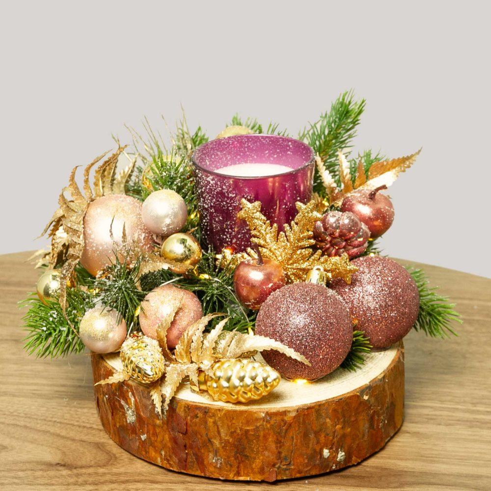 Новогодняя композиция со свечой и розовыми игрушками на деревянном спиле №34 - купить цветы в Санкт Петербурге