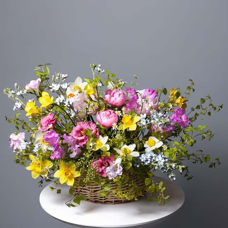 Корзина с пионами и нарциссами №4 - купить цветы в Санкт Петербурге
