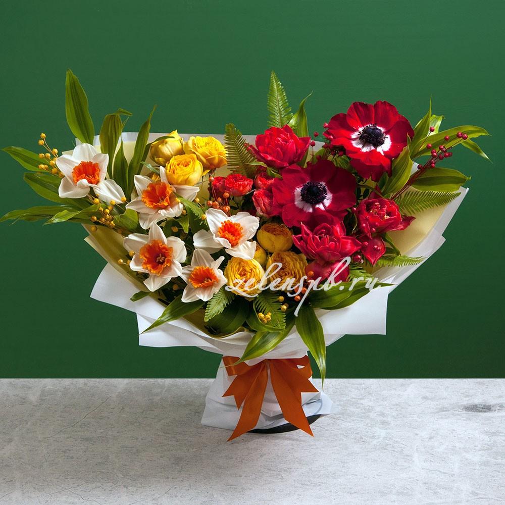 Букет с нарциссами и красными анемонами №13 - купить цветы в Санкт Петербурге