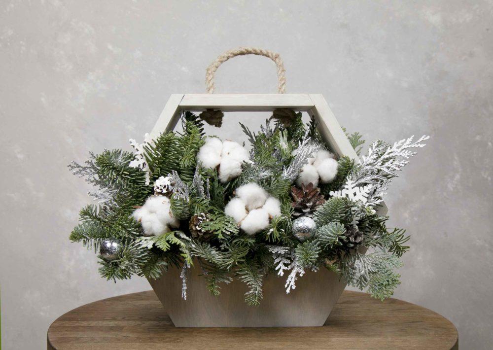 Новогодняя композиция из натуральной ели с хлопком  в ящике №5 - купить цветы в Санкт Петербурге
